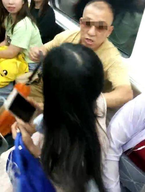 老人地铁霸座强行把女孩挤开事件始末 长沙地铁老人霸座现场图