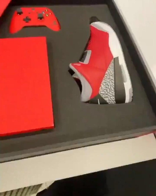网友疑晒Xbox x AJ实物 亮红球鞋和手柄令人羡慕