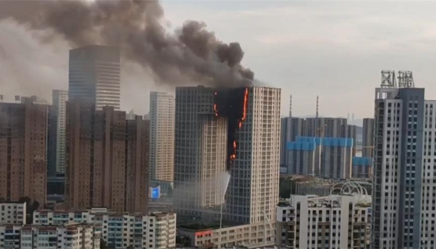 直播:大连凯旋国际大厦突发大火 大连凯旋广场着火原因